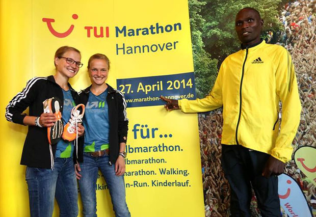 Lisa Hahner (left) with her twin sister Anna and Evans Ruto during the press conference for the TUI Marathon Hannover © TUI Marathon Hannover / Florian Arp
